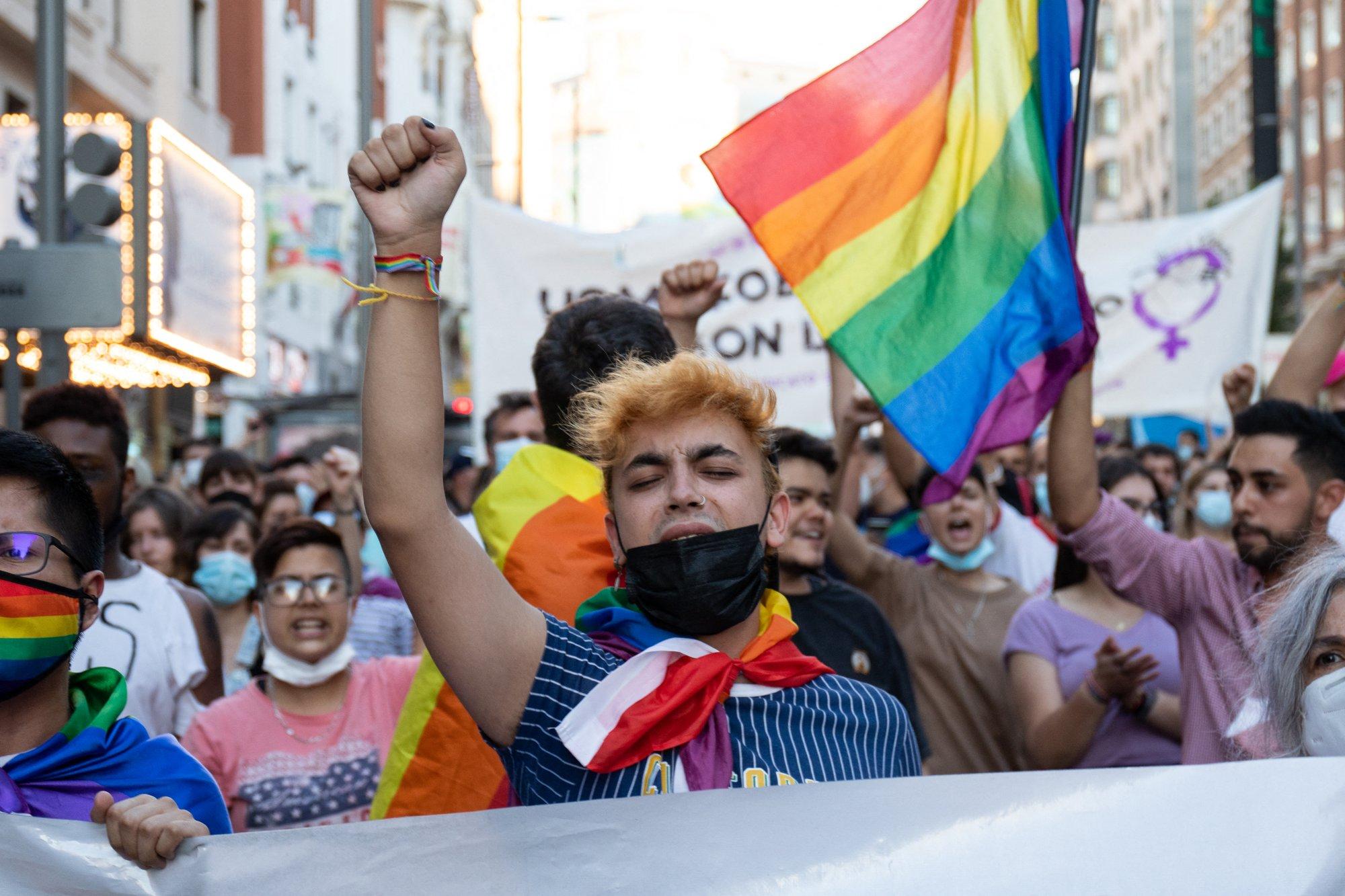 Agyonvertek az utcán egy buzit Spanyolországban, tüntetések kezdődtek
