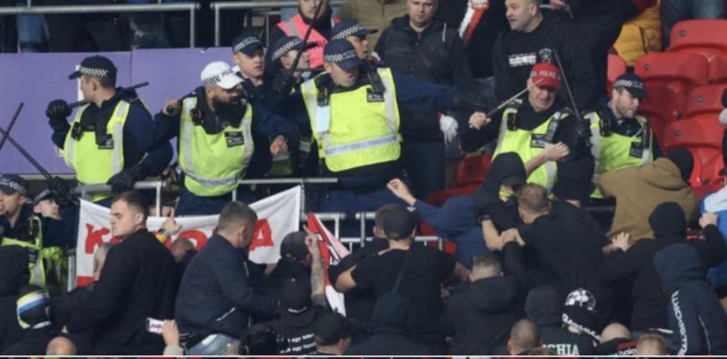 Megtámadták a stadionban a magyar drukkereket az angol rendőrök, a mieink kikergették őket