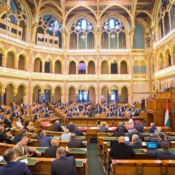 A parlament ma szavaz a veszélyhelyzet meghosszabbításáról