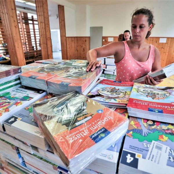 A kormány idén is ingyenesen biztosítja a tankönyveket