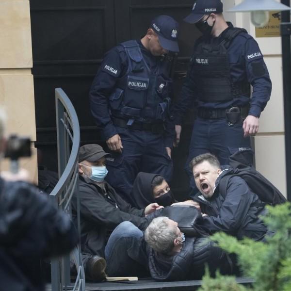Liberális felforgatók torlaszolták el a lengyel alkotmánybíróság épületét Varsóban - Fotók