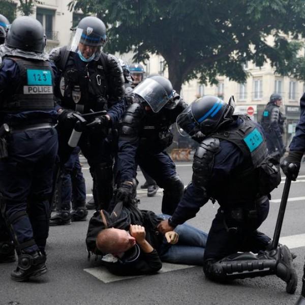 """Macron """"demokráciája"""": ismét összeverték a rendőrök a Covid-igazolás ellen tiltakozókat - Videók"""