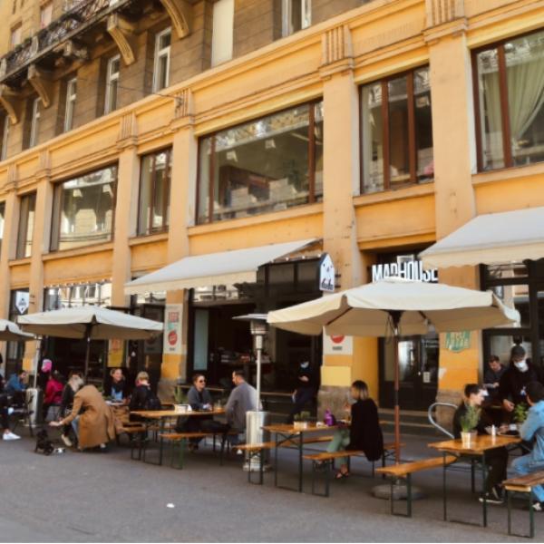 """Ellepték a """"mélyszegénységben élő emberek, a tönkrement budapesti vendéglátóhelyek teraszait"""" - Fotók"""