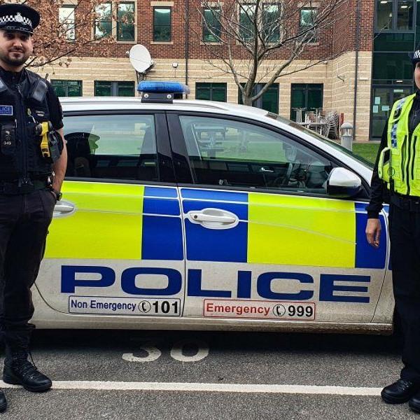 Szépen integrálódnak a britek: A rendőrségnél bemutatták a hidzsáb-egyenruhákat - Videó