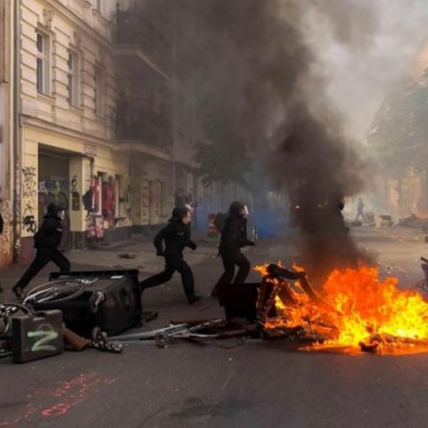 Rendőrökre támadtak a házfoglaló Antifák Berlinben