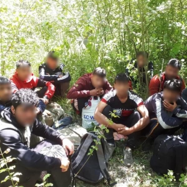 Több mint háromszáz határsértő migráns ellen intézkedtek a rendőrök a hétvégén