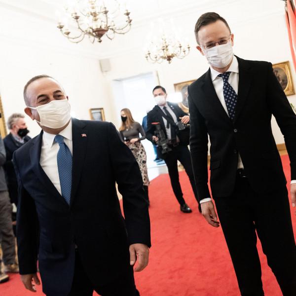 Szijjártó Péter: Akár török vakcina is jöhet