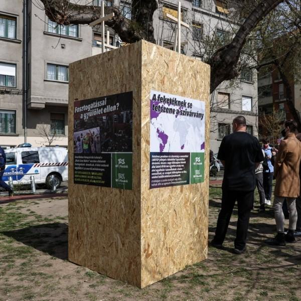 Balhé Budapesten a BLM szobornál: 2 órát bírt a szobor, már nem is látható