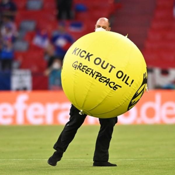 Siklóernyővel repült be a stadionba egy Greenpeace-aktivista a francia-német mérkőzés előtt - Videó