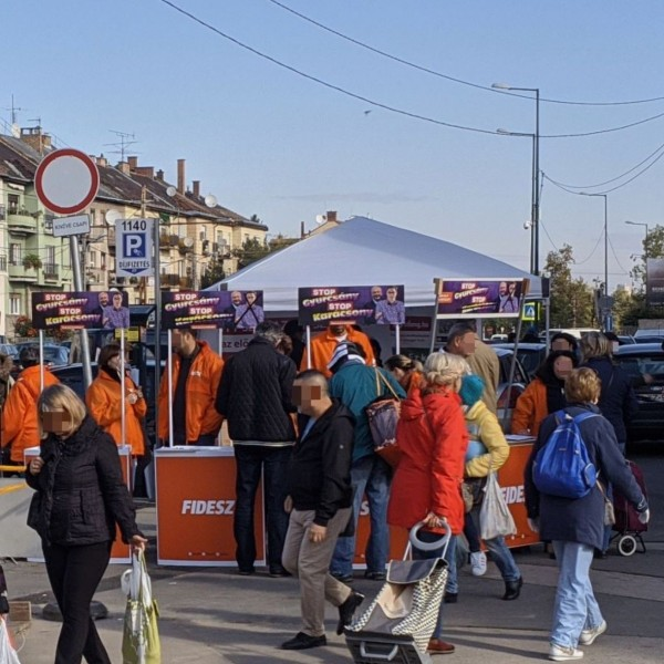 Fideszes pultokkal vették körbe az előválasztási sátrat a Bosnyák téren