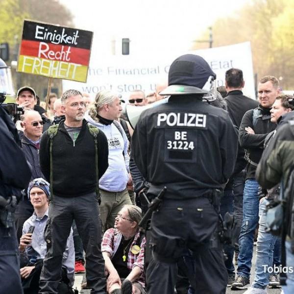 Berlinben ütötték-verték a járványügyi korlátozások ellen tiltakozókat - Videók