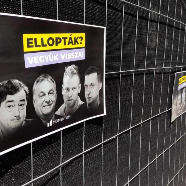 Plakátokat ragasztott a hazaáruló Momentum a Fidesz frakcióülését eltakaró fekete kordonokra