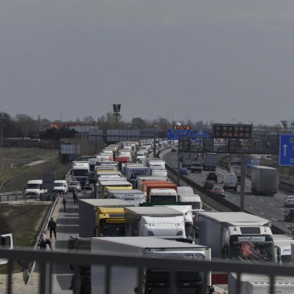 Tömegbaleset: 10 autó ütközött össze az M0-áson
