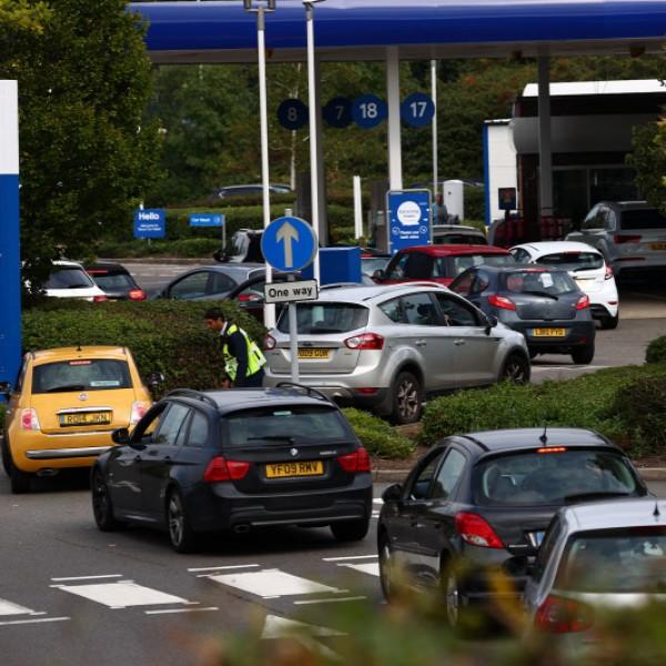 Káosz Nagy-Britanniában: üresek a polcok az áruházakban, kilométeres sorok a benzinkutaknál