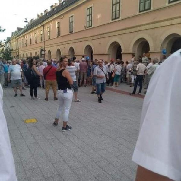 Tegnap Dobrev utcafórumát is megzavarták - Fotók