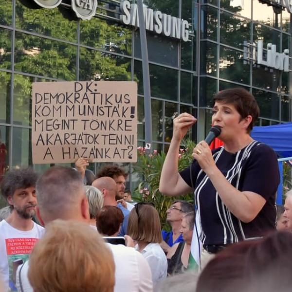 """""""Demokratikus Kommunisták"""" - Debrecenben is tüntetők várták Gyurcsány feleségét"""