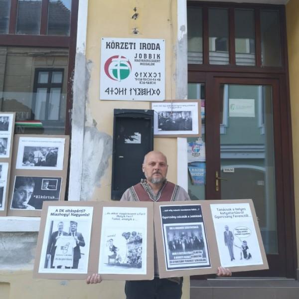 Hazafiak gyurcsányos plakátokkal dekorálták ki a pápai Jobbik irodát - Fotók