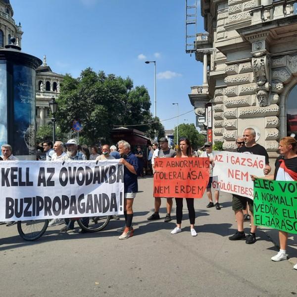 """""""Nem kell az óvodákba a buzipropaganda!""""- ellentüntetők jelentek meg az Andrássy és a Bajcsy Zsilinszky út kereszteződésében"""