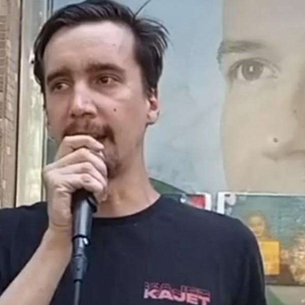 """""""A kábszi rossz!"""" - a magyar antifa vezérnek úgy megremegett a keze, hogy másnak kellett tartania a mikrofont - Videó"""