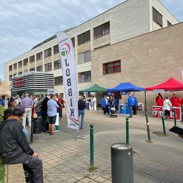 Maki-Zay kampánybusza mozgáskorlátozottak részére kijelölt helyen parkolt