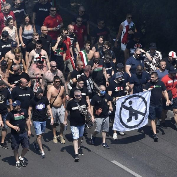 """A britek kiakadtak, mert a magyar szurkolók egy """"nem térdelünk"""" transzparenssel vonultak a stadionhoz"""