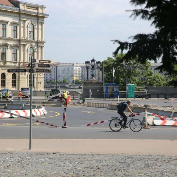A biciklisek miatt dózeroltatta le Kamu Geri a Clark Ádám téri virágágyást