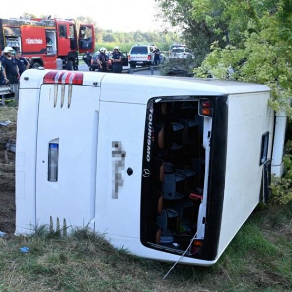 Képek a buszbaleset helyszínéről - nyolcan meghaltak, a busz magyar rendszámú volt