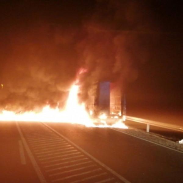 Migránsokat szállító autó gyulladt ki az M9-es autópályán
