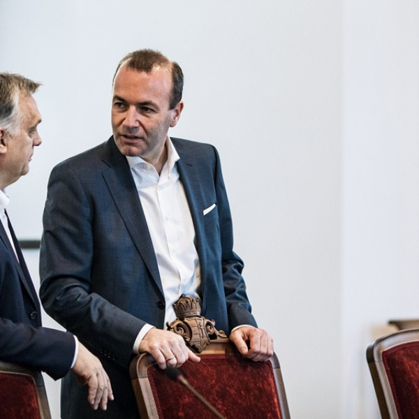Itt a dráma: Weber akkora csicska lett, elkezdett könyörögni Orbánnak, beszéljenek mielőbb telefonon