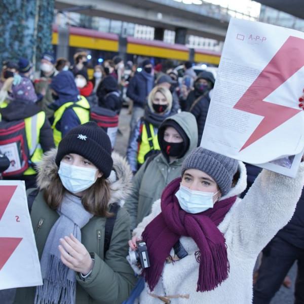 Feminista felforgatók tüntettek a kormány ellen Varsóban a nemzetközi nőnapon - Videó