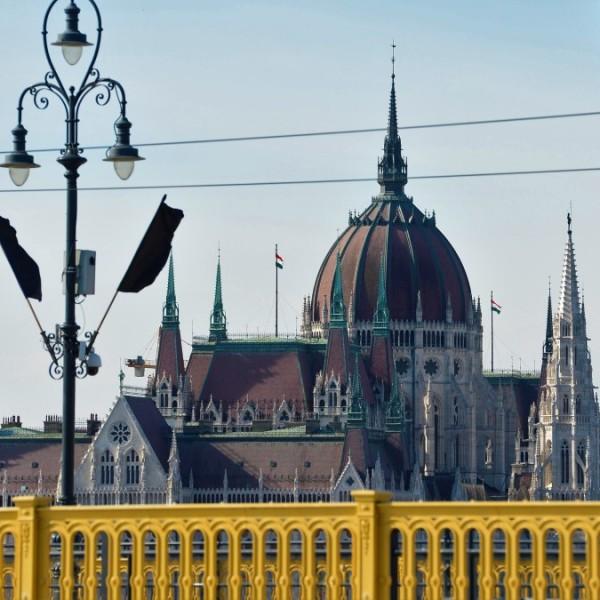 Gyurcsányék az követelik, hogy tűzzék ki a fekete zászlót a Parlamentre