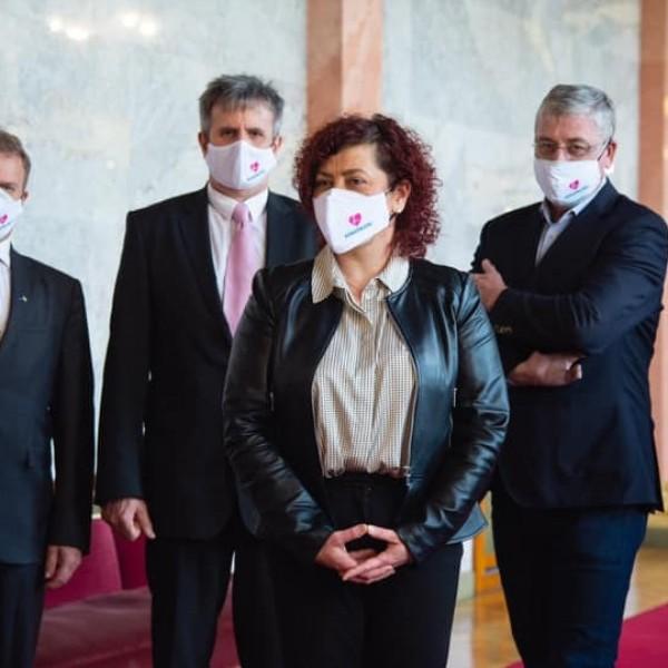 Gyurcsányék maszkkal üzennek a Parlamentből