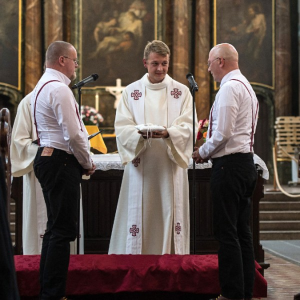 Homoszexuális párokat áldana meg a német katolikus egyház, a Vatikán tiltakozik