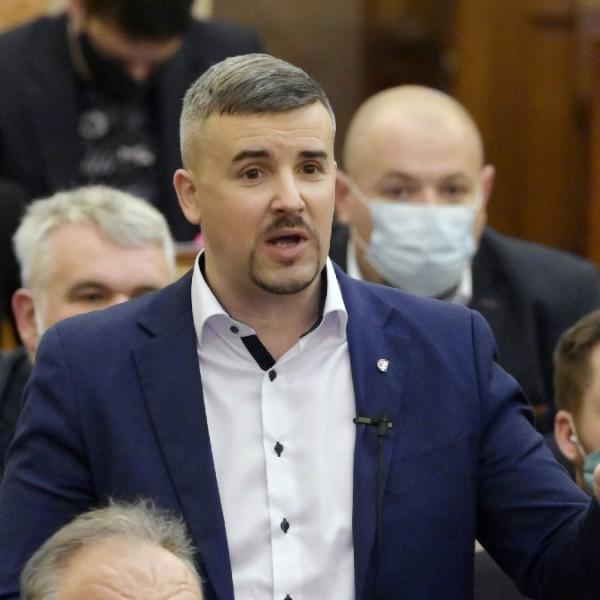 Dömötör Jakab Péternek: A Parlament akkor sem kocsma, ha rendszeresen annak képzeli