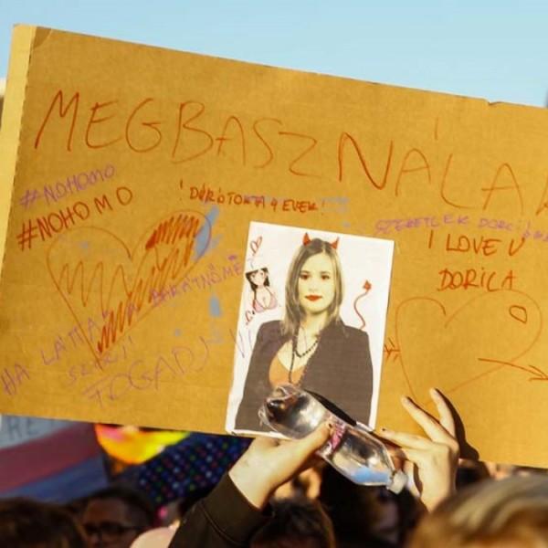 """""""Megbasználak"""" - Duró Dóra is felkerült egy transzparensre a hétfői tüntetésen"""