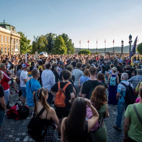 Brüsszel Magyarországon liberális aktivistákat akar képezni