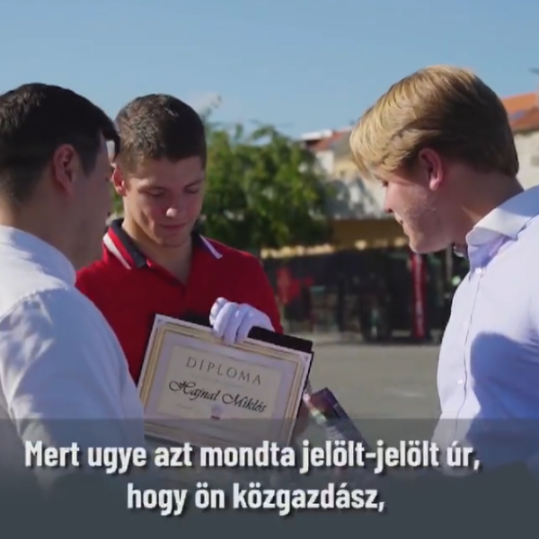 A Fidelitas egy diplomával ajándékozta meg a momentumos Hajnal Miklóst - Videó