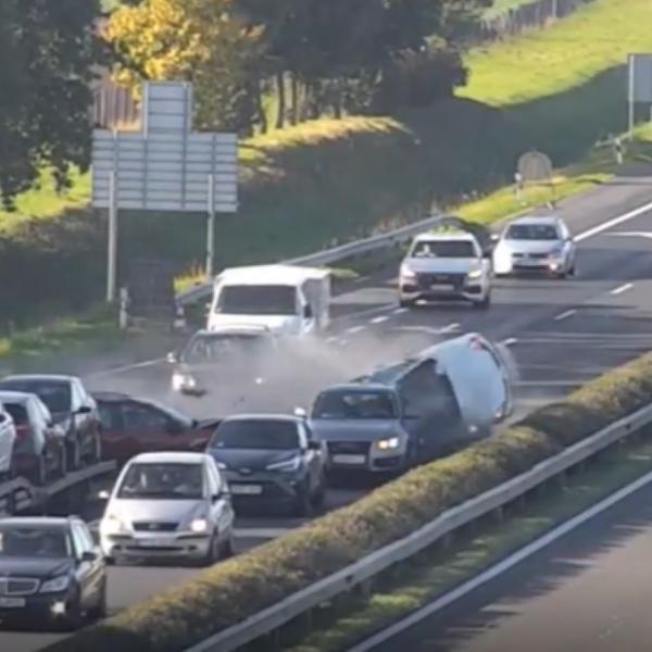 Nem volt fékje a román sofőrnek, négy autót tört össze az M1-esen