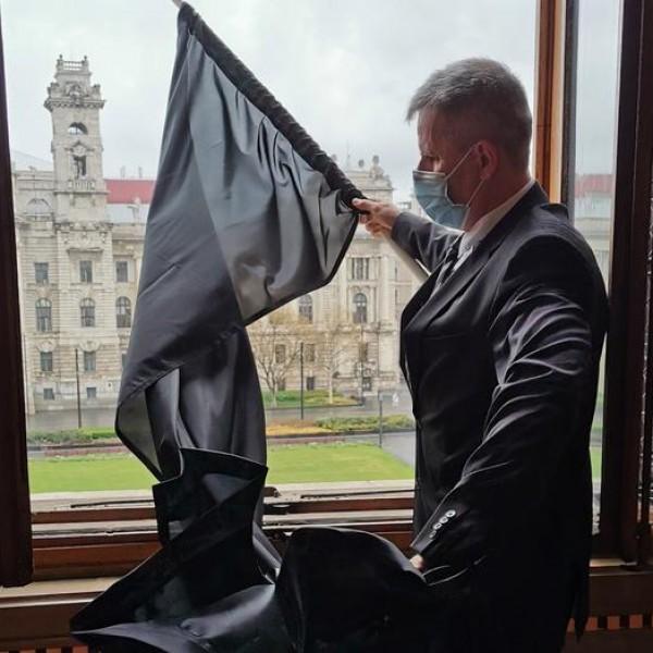 Gyurcsány képviselője kitűzte a fekete zászlót az Országházra