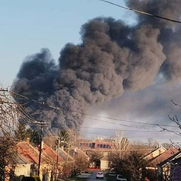 Hatalmas tűz van Devecsernél, ezer négyzetméteren égnek a gumik - Fotók, videók
