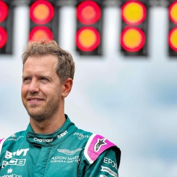 Vettel szivárványos cipőben jött Magyarországra, mert ki van akadva a törvényünk miatt