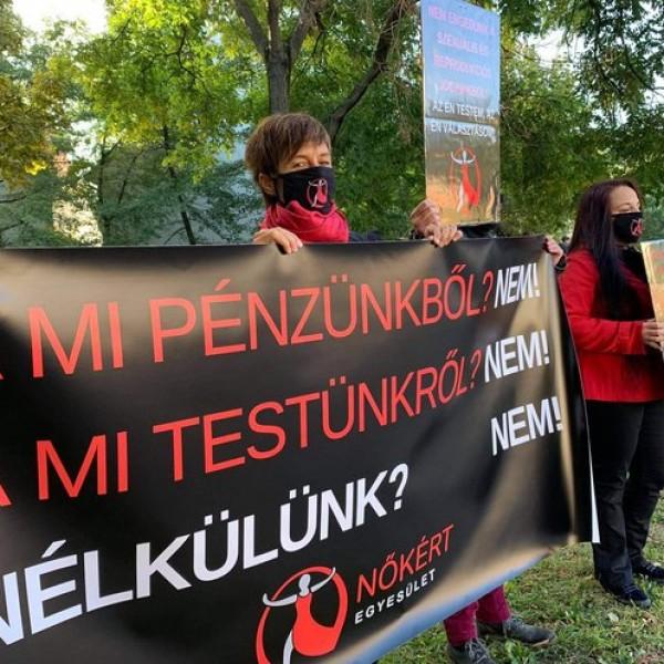 Tiltakozók jelentek meg a Várkert Bazárnál