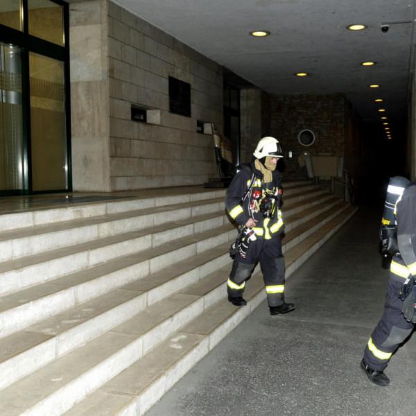 A Jobbik szerint régebben került be a füstbomba az épületbe, a kollégájuk csak leltározott