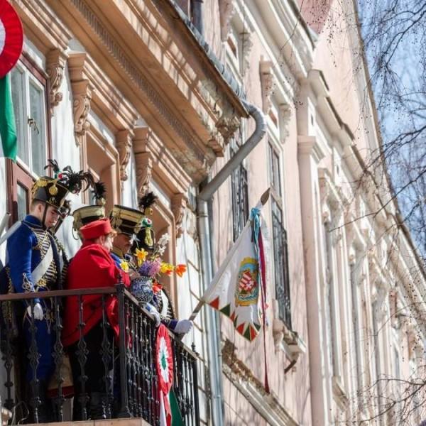 Leszedeti a román bíróság a székelyudvarhelyi városházán kitűzött magyar zászlókat