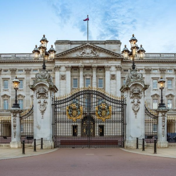 Itt a dráma: A Buckingham-palotában körbenéztek, és alig találtak színes bőrű munkatársat