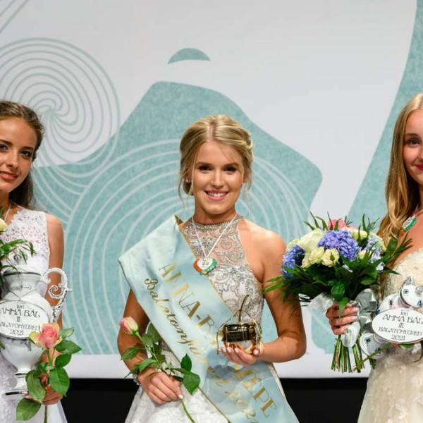 Megválasztották a legszebb lányokat a 196. balatonfüredi Anna-bálon (Fotók)