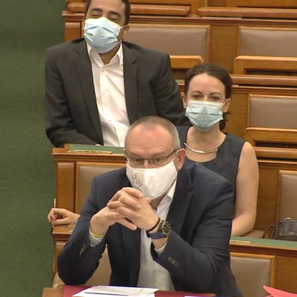 Szabó Tímea ma reggel meg is csinálta a botrányt a parlamentben