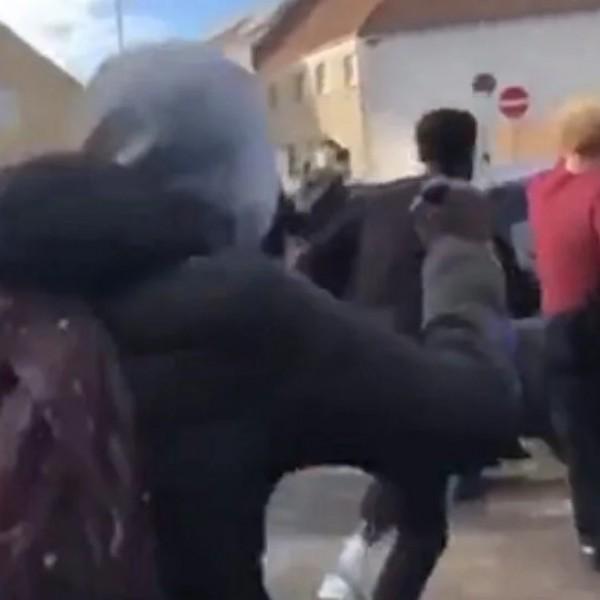Belgiumban fényes nappal a nyílt utcán majdnem meglincseltek egy fehér fiatalt a migránsok