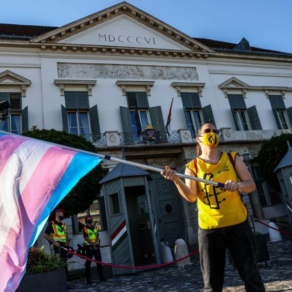 Kifulladtak: Húsz homoszexuális vergődik a Sándor-palotánál