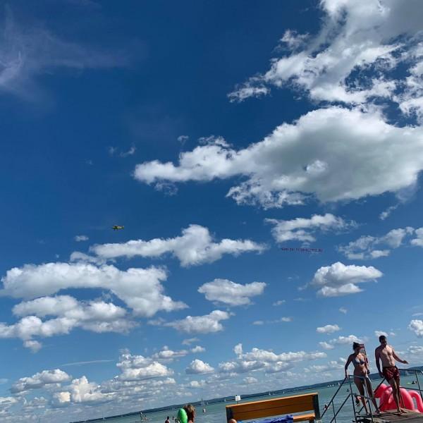 A Balaton felett, repülővel hirdet Maki-Zay, az esélytelen jelölt